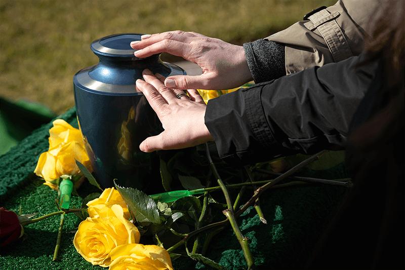Uložení popela / urny na pohřebiště