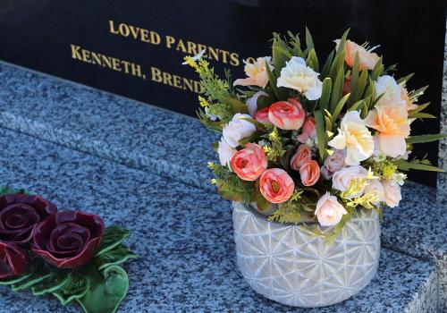 Velikonoční výzdoba hrobu: vhodné dekorace a květiny